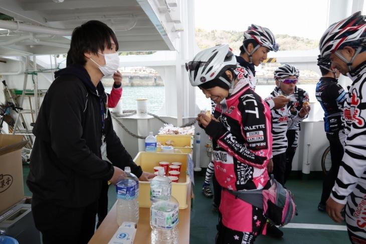 船内にて補給。今回サポート頂いたチーム山鳥さんと上島町サイクリングチームさん