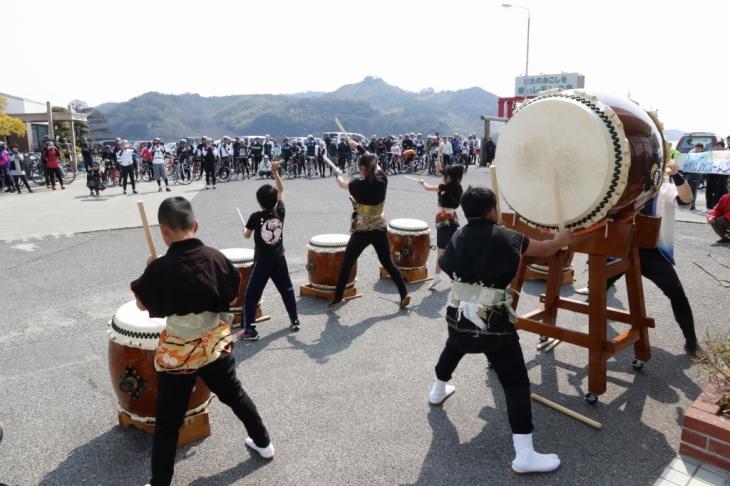 岩城太鼓を叩く地元の子供たち