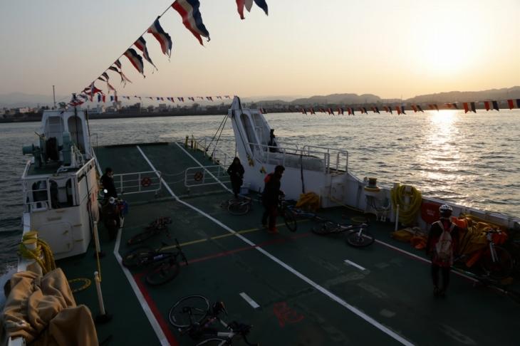 夕日とともに。素敵な船旅&サイクリングでした
