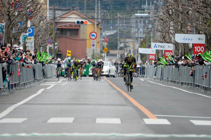 サルバドール・グアルディオラ(チーム右京)が単独先行でゴール前に現れる