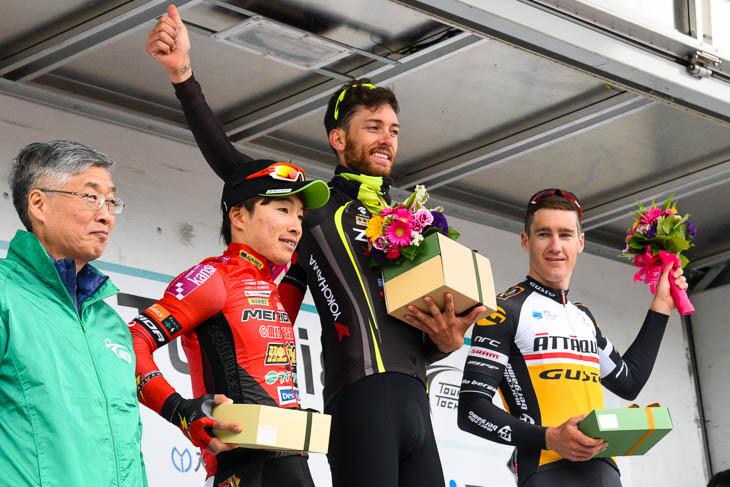 第1ステージ表彰 左から、2位岡篤志(宇都宮ブリッツェン)、1位サルバドール・グアルディオラ(チーム右京)、3位ベンジャミン・ヒル(アタッキ・チームグスト)
