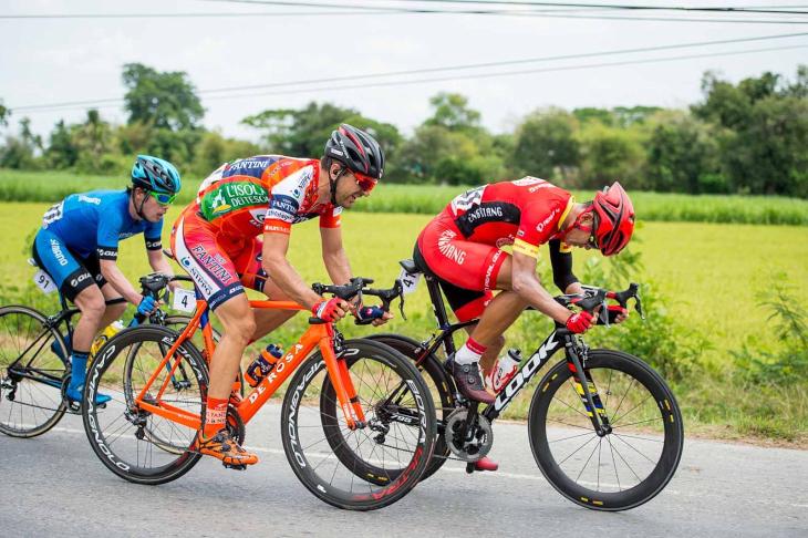 アラン・マランゴーニ(イタリア、NIPPOヴィーニファンティーニ)、入部正太朗(シマノレーシング)らが入った17名の集団が先行する