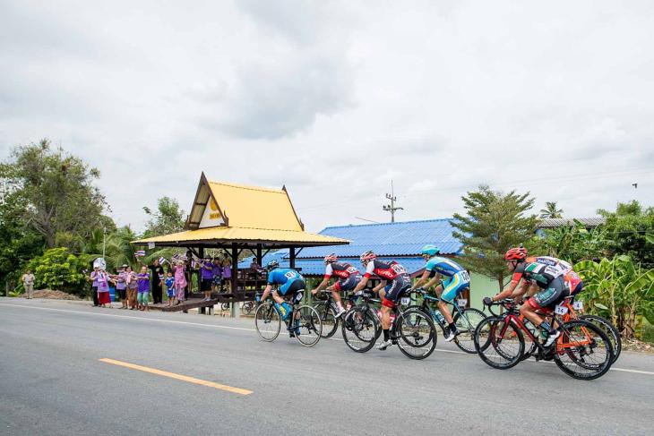 大人数の逃げ集団がタイの田舎を走る