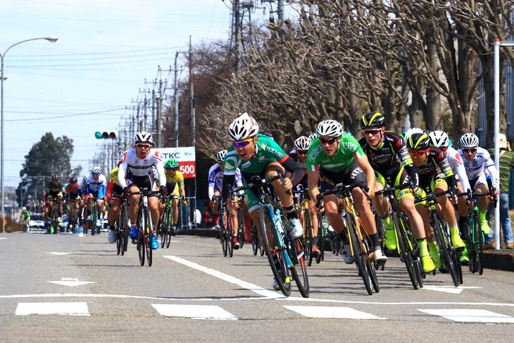 石原祐希(栃木県選抜チーム)を先頭に最終コーナーをクリア