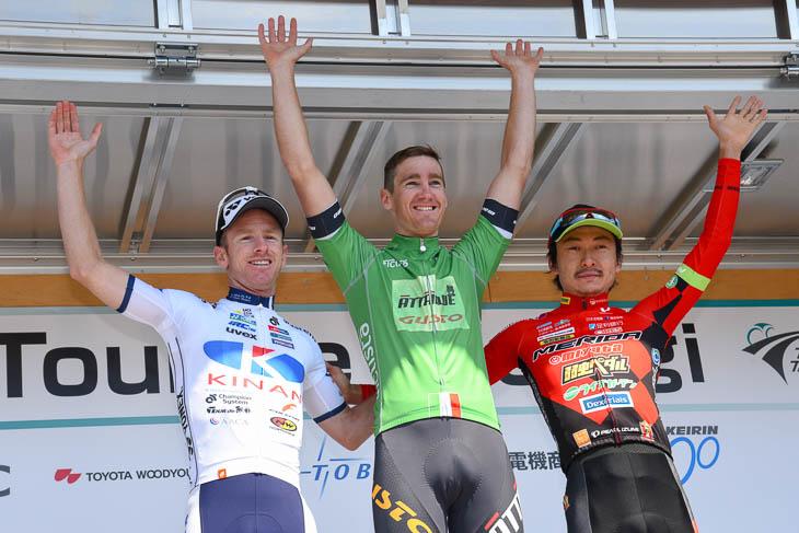 個人総合上位3名 左から、2位ジャイ・クロフォード(キナンサイクリングチーム)、優勝ベンジャミン・ヒル(アタッキ・チームグスト)、3位 鈴木譲(宇都宮ブリッツェン)