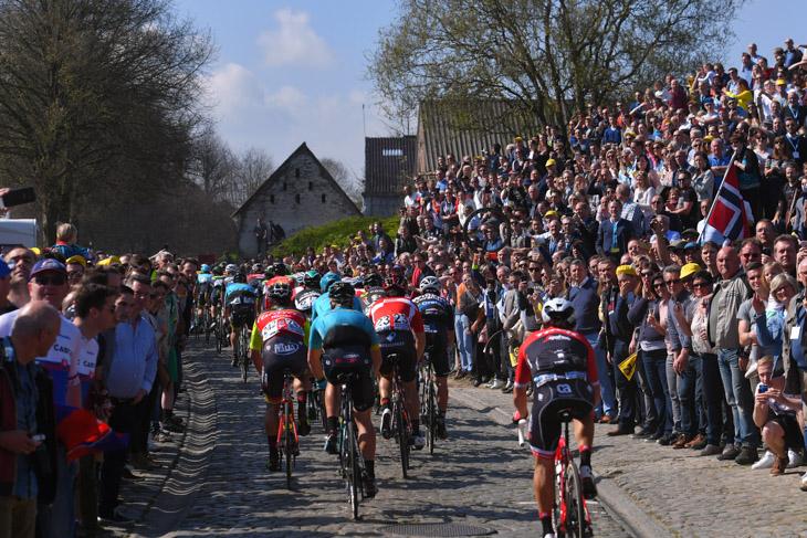 大勢の観客が詰めかけたコース沿道