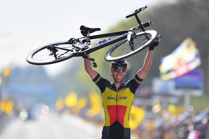 バイクを掲げてフィニッシュするフィリップ・ジルベール(ベルギー、クイックステップフロアーズ)