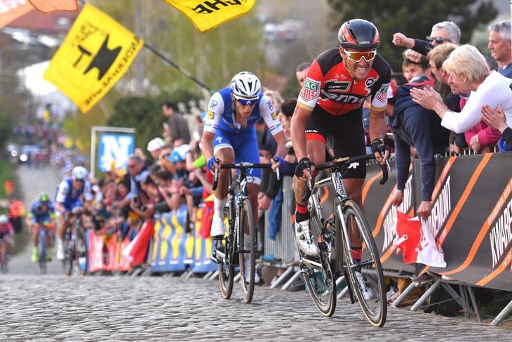 テルプストラとともに2番手でパテルベルグをクリアするグレッグ・ヴァンアーヴェルマート(ベルギー、BMCレーシング)