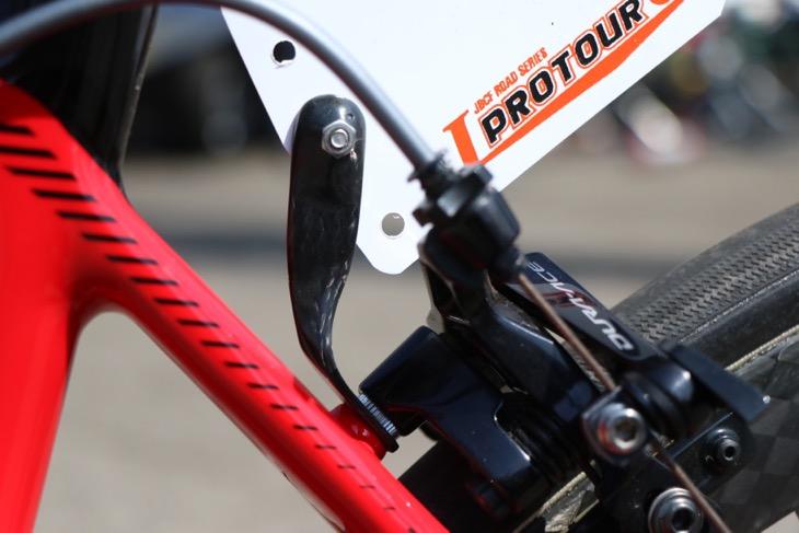 土井選手のバイクに取り付けられたホルダー。こちらもナットが埋め込まれている