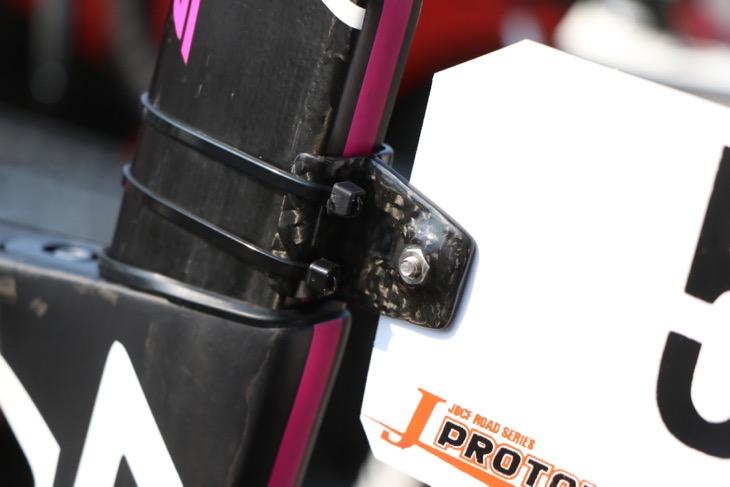 リアクト用はカーボンを使ったアティーク製。ナットが埋め込まれているのもポイント