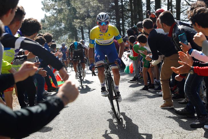 ビベロ峠を駆け上がるダビ・デラクルス(スペイン、クイックステップフロアーズ)