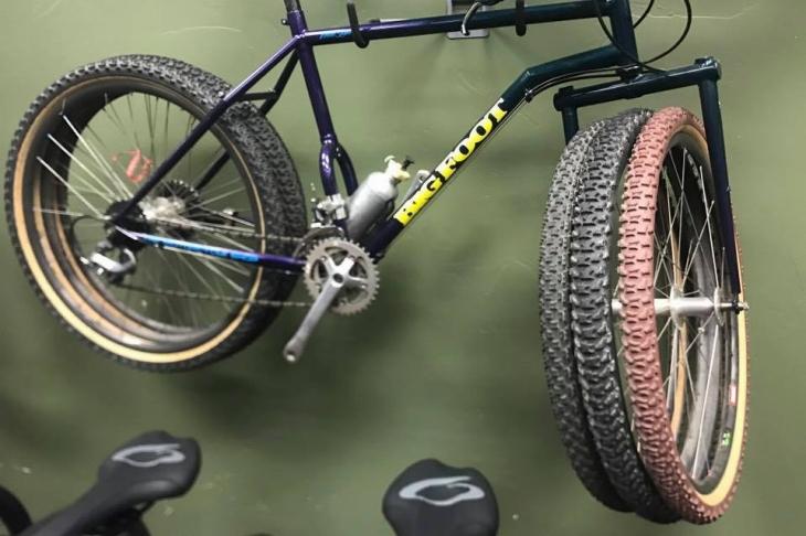 なんと3つのホイールを重ねたバイク。1988年製だという