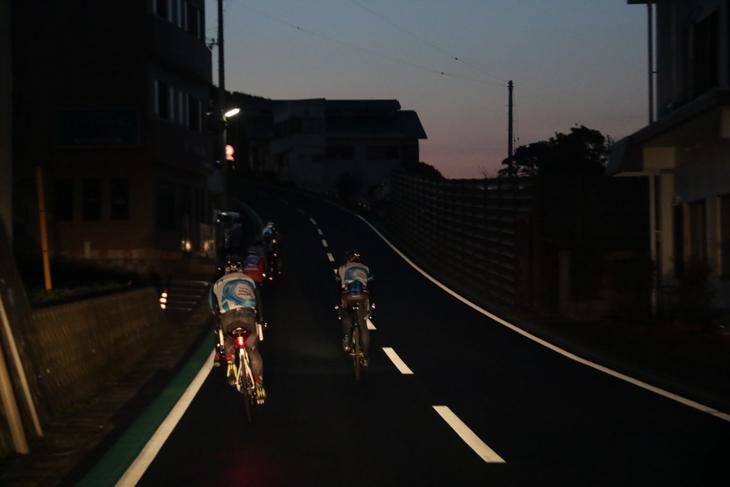まだ夜明け前の薄暗い道を足摺岬へ向けて走る