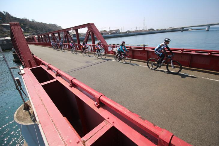伊予長浜にかかる赤い橋「長浜大橋」は近代化産業遺産だ