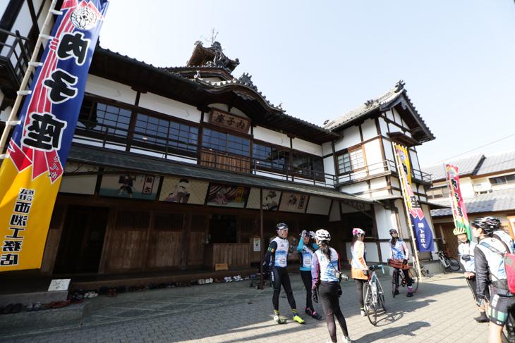 なんともレトロな歌舞伎劇場「内子座」は現在も実際に使用されている
