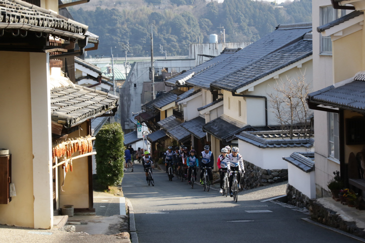 内子町のレトロな町並みを走る