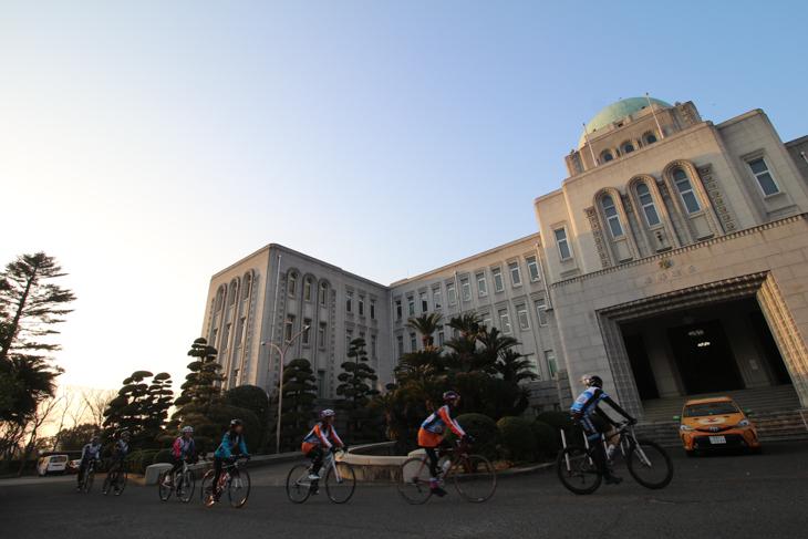最終目的地、愛媛県庁にゴールするPR隊の一行