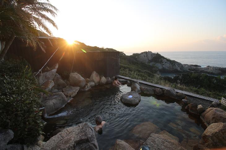 足摺パシフィックホテルの露天風呂は断崖絶壁から太平洋を眺める