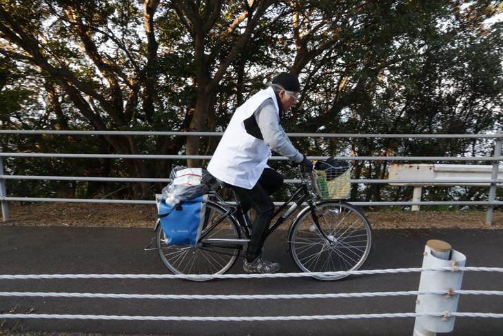 朝も早くから自転車遍路がペダルをこいで海岸線を行く