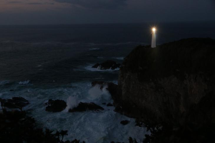 夜明け前の足摺岬灯台を展望台より眺める