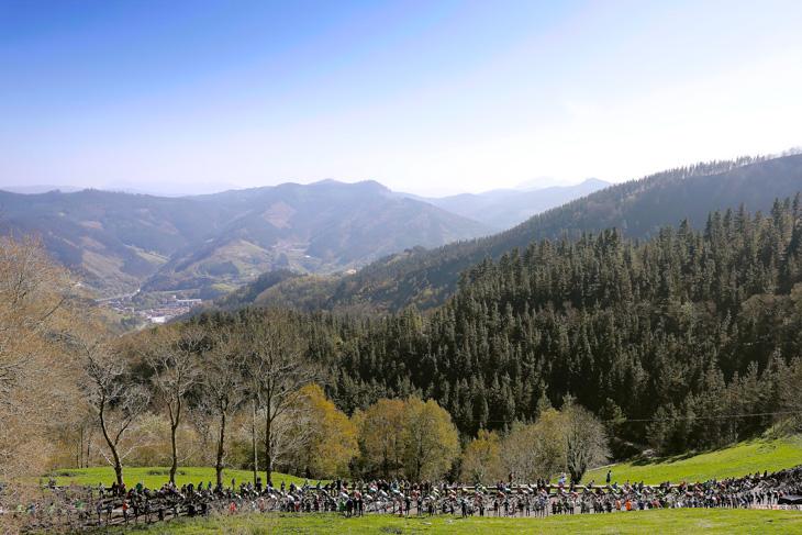 バスクの山岳地帯を進む