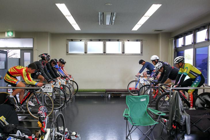京都向日町競輪場内のローラー台でウォーミングアップに余念がない
