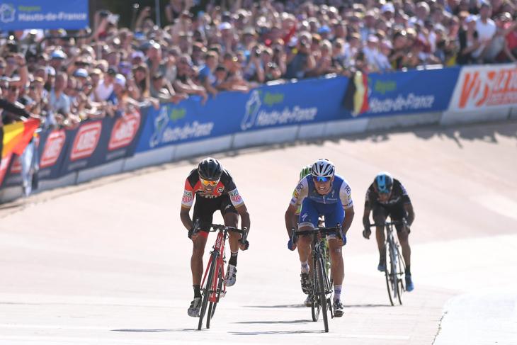 ゼネク・スティバル(チェコ、クイックステップフロアーズ)をスプリントで追い抜くグレッグ・ヴァンアーヴェルマート(ベルギー、BMCレーシング)