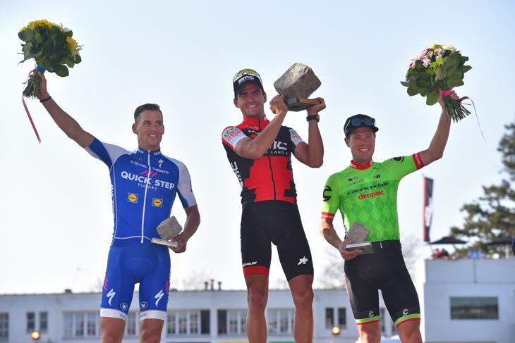 表彰台 2位ゼネク・スティバル(チェコ、クイックステップフロアーズ)、1位グレッグ・ヴァンアーヴェルマート(ベルギー、BMCレーシング)、3位セバスティアン・ラングフェルド(オランダ、キャノンデール・ドラパック)