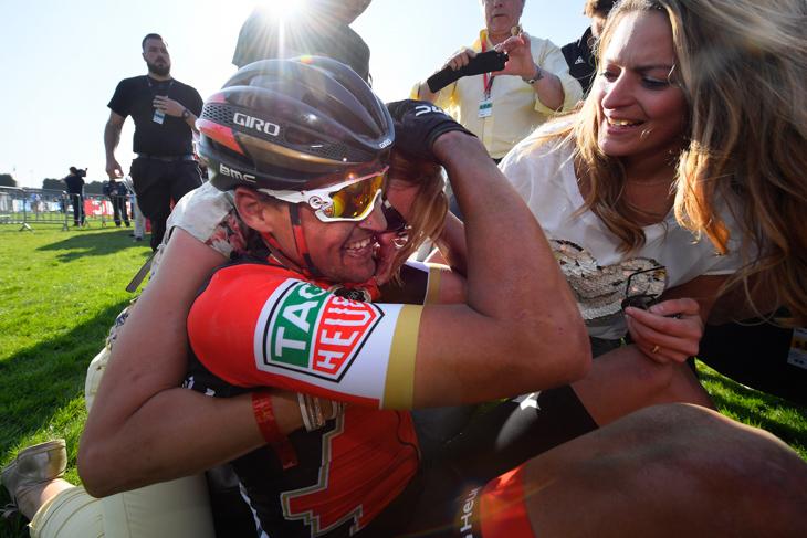 家族と喜ぶグレッグ・ヴァンアーヴェルマート(ベルギー、BMCレーシング)