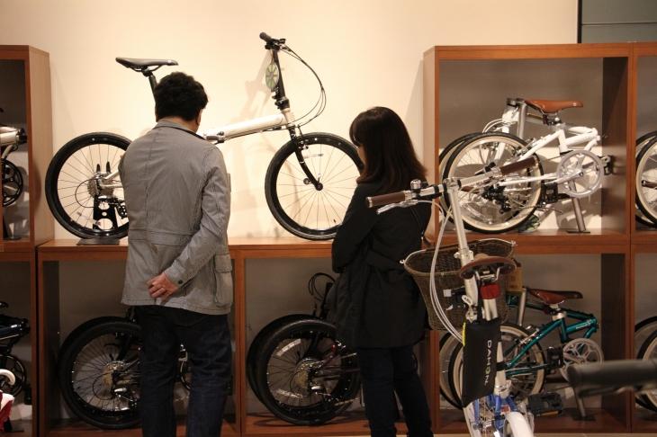 夫婦で自転車を選ぶ。小径車はやはり都心にフィットする