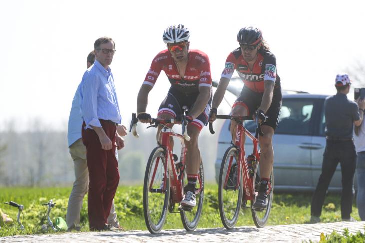 先行するジャスパー・ストゥイヴェン(ベルギー、トレック・セガフレード)とダニエル・オス(イタリア、BMCレーシング)