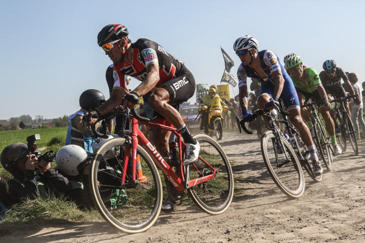 先頭グループを率いるグレッグ・ヴァンアーヴェルマート(ベルギー、BMCレーシング)