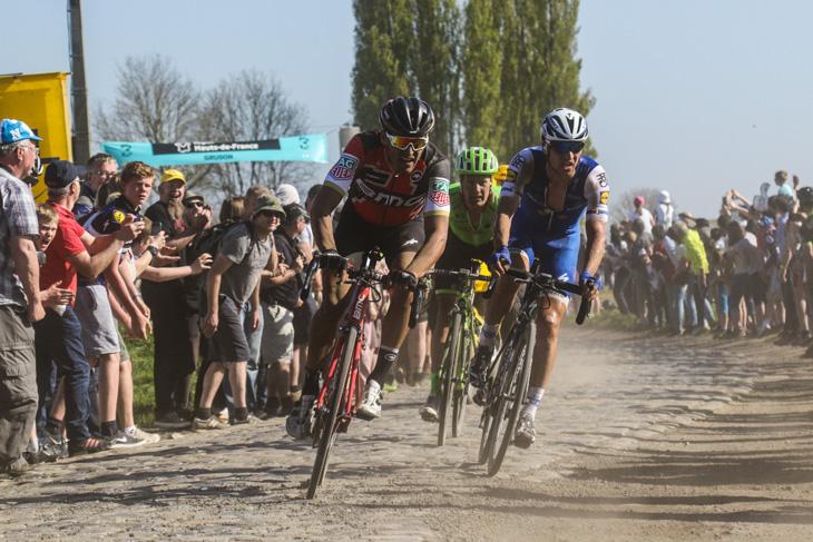 先頭グループを形成するグレッグ・ヴァンアーヴェルマート(ベルギー、BMCレーシング)ら