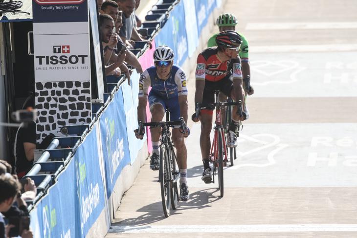先頭でヴェロドロームの最終周回に入るゼネク・スティバル(チェコ、クイックステップフロアーズ)