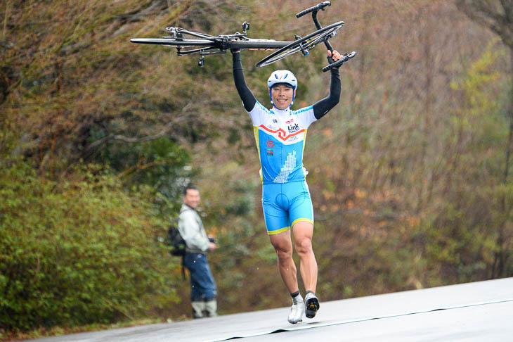 A-M 自転車を高くかかげてゴールする半澤雄高(LinkTOHOKU)