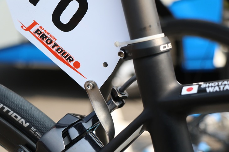 愛三工業レーシングのお手製チタン製ホルダー。タイラップを併用している点にも注目