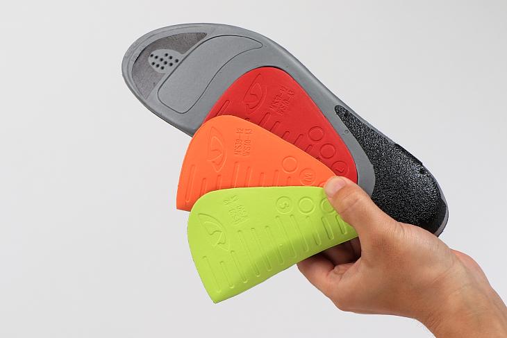 インソールには3種類のアーチサポートが付属し、足裏のフィット感を調整できる