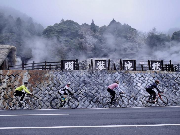 4月9日(日)大分県湯布院 湯煙の上がる温泉地を進む