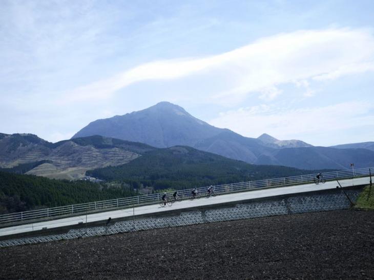 4月9日(日)大分県湯布院 晴れ渡った空には雄大な由布岳