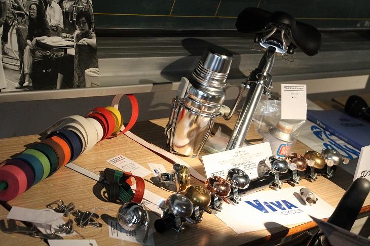 東京サンエスを支えてきたロングセラー製品たち ビバのベルやリムセメントクリーナー、コットンバーテープなどが並んだ