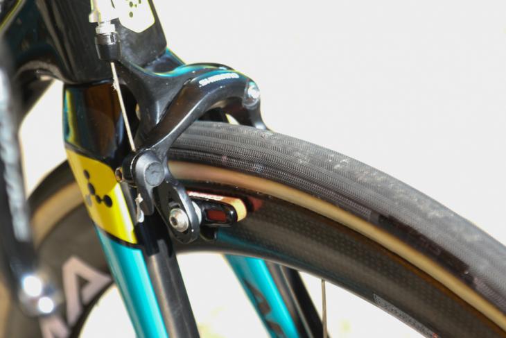 タイヤはロゴを塗りつぶしたFMB。エントリーグレードのブレーキキャリパーにも注目