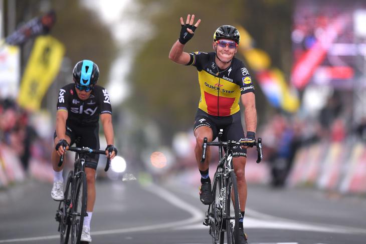 ミカル・クウィアトコウスキー(ポーランド、チームスカイ)とのスプリント一騎打ちに勝利したフィリップ・ジルベール(ベルギー、クイックステップフロアーズ)
