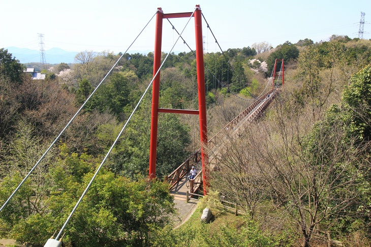 観音様の裏側に位置するひびき橋