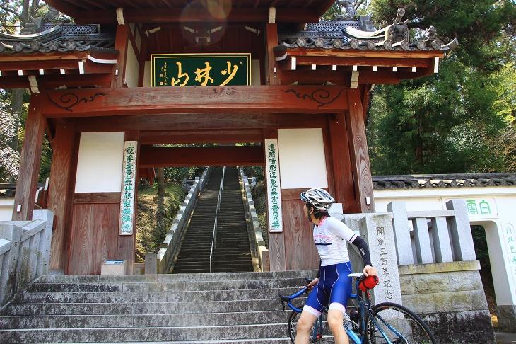 石階段が続く少林山の門は結構立派