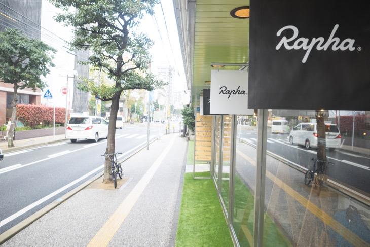 日赤通りの一本裏通りにあるRapha Fukuoka。ガラス張りの建物が目印