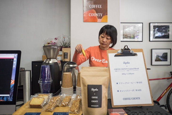 地元福岡のロースターCoffee Countyのコーヒーを楽しめる。ストアのための特別ブレンドだ