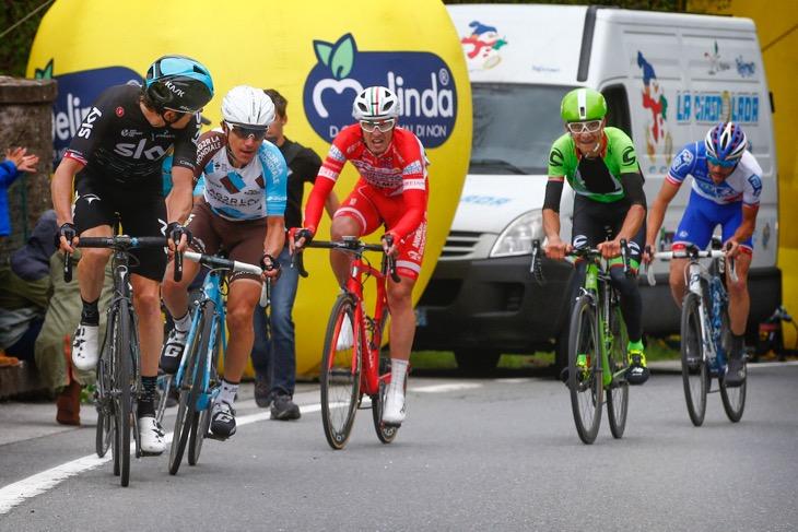 ゲラント・トーマス(イギリス、チームスカイ)のアタックに反応するドメニコ・ポッツォヴィーヴォ(イタリア、アージェードゥーゼール)ら。