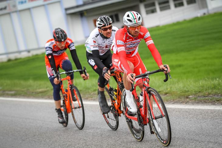 レース後半に逃げるフランチェスコ・ガヴァッツィ(イタリア、アンドローニジョカトリ)ら