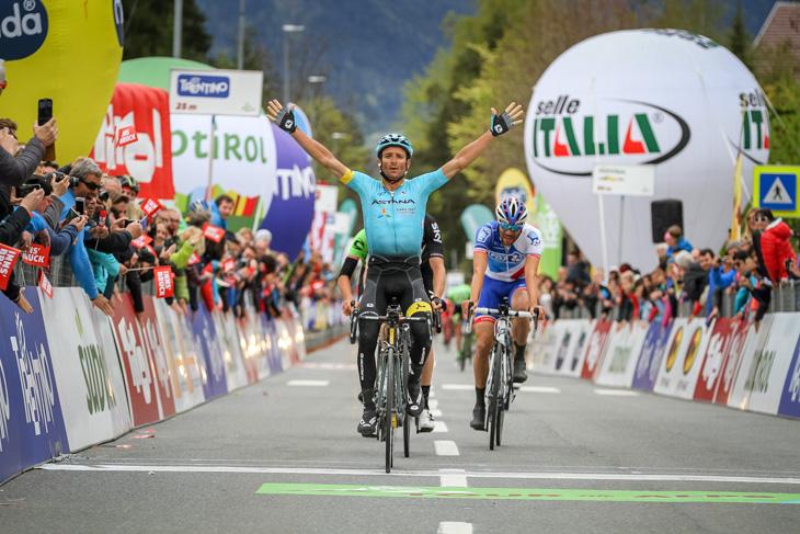 上りスプリントで勝利したミケーレ・スカルポーニ(イタリア、アスタナ)