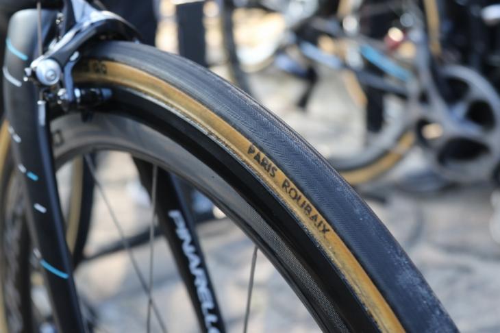 タイヤはFMBのParis-Roubaixを使用
